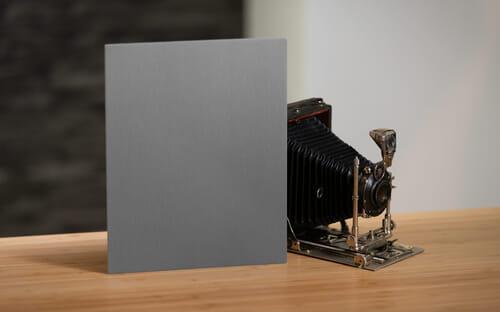 Für eine Objektmessung auf eine Graukarte visiert man mit einer Spotmessung die Graukarte an. Diese sollte so ausgerichtet sein, dass sie das Licht wie das Motiv einfängt.